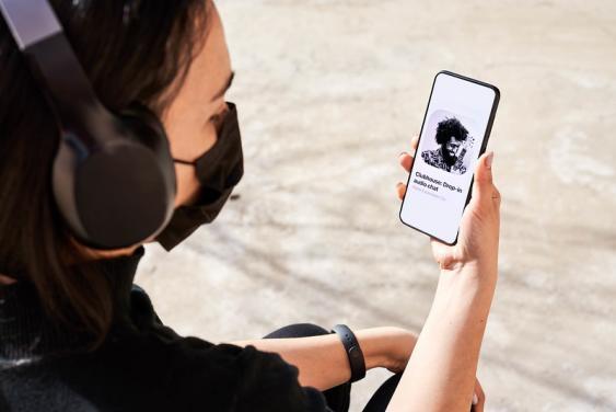 Junge Frau mit Maske und iPhone
