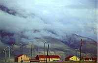 Foto: Herbert Funk/Lesestein.de. Versprengte Wohnhäuser auf Svalbard.jpeg