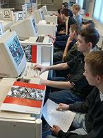 Die Ausbildungs- und Berufschancen (Foto: Schüler im Berufsinformationszentrum)