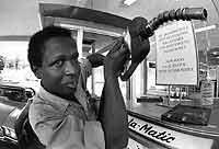 Ölkrise 1973: Limitierte Benzinabgabe an einer Tankstelle in Atlanta, USA..jpeg
