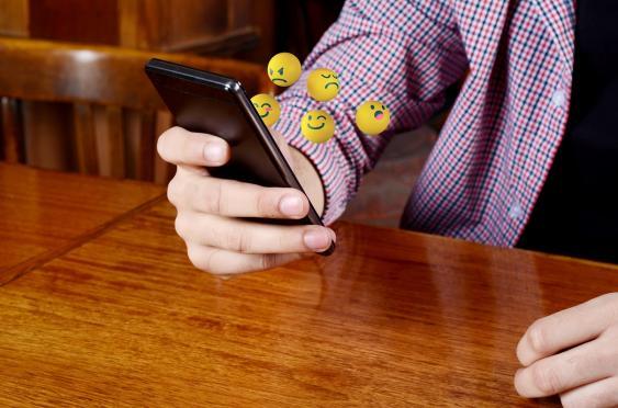 Symbolbild: Smartphone mit Emoticons