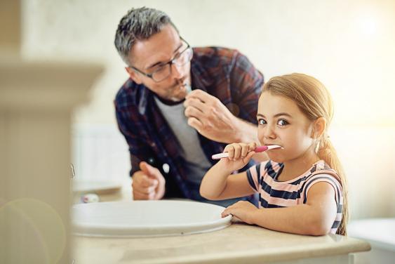 Vater und Tochter beim Zähneputzen