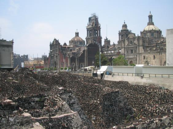 Ausgegrabene Reste des großen Tempels mit Kathedrale von Mexiko-Stadt im Hintergrund