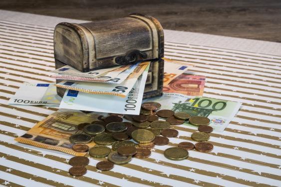 Truhe, Euroscheine und -münzen