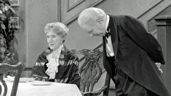 Freddie Frinton und May Warden als Butler James und Miss Sophie.