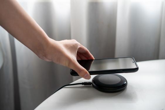 Kabelloses Aufladen eines Smartphones