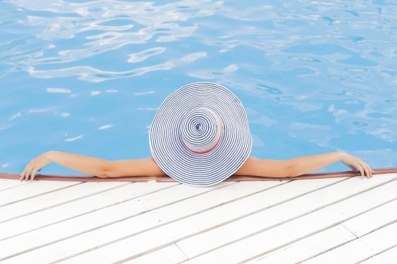 Frau am Rand eines Swimming Pools