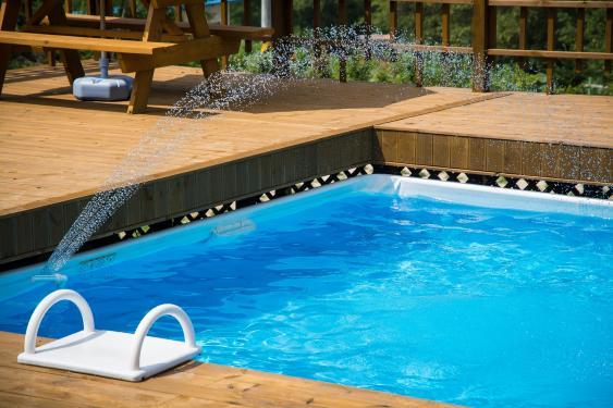 Beckerand eines Swimming Pools mit Skimmer