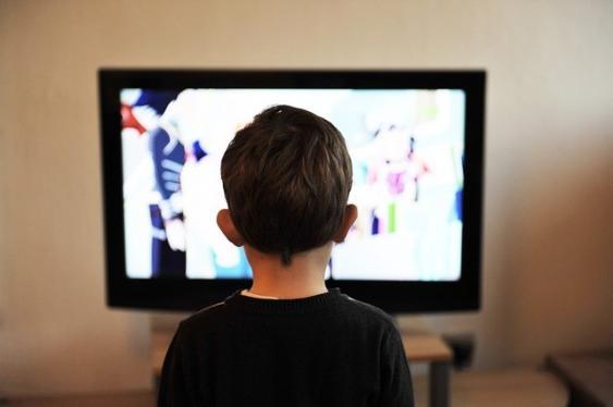 Junge vor Fernseher