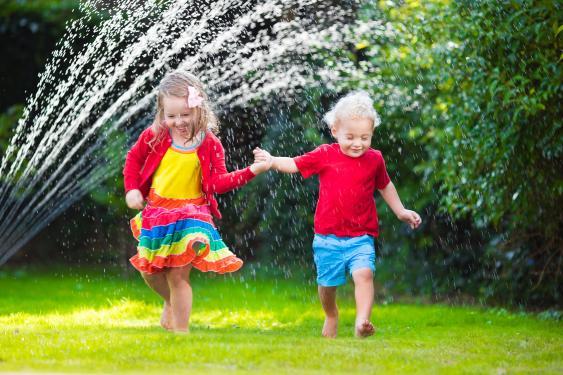 Spielende Kinder im Garten
