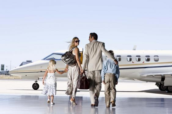 Reiche Familie vor Businessjet