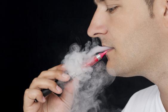 Dampfer mit E-Zigarette