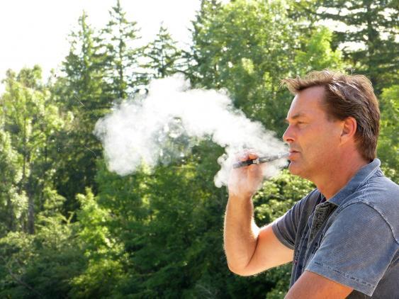 Raucher mit E-Zigarette