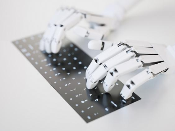 Roboterhände auf Tastatur