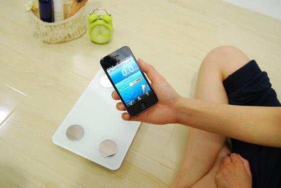 Smartphone mit Bluetooth-Verbindung zu einer elektronischen Waage