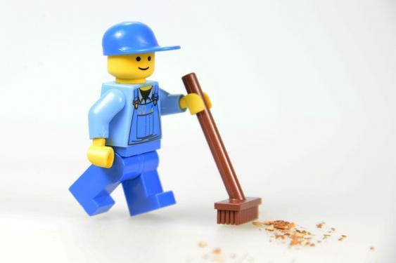 Playmobil-Figur mit Besen
