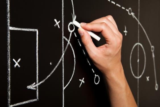 Wandtafel mit Taktikzeichnungen eines Trainers