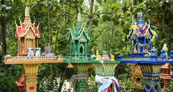 Reihe nebeneinander stehender thailändischer Geisterhäuser
