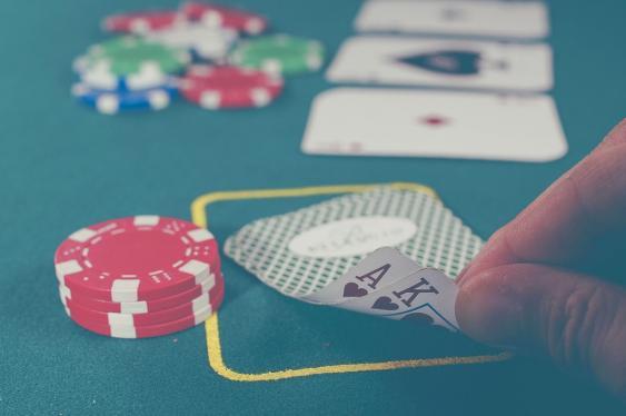 Spieltisch mit Spielkarten und Jetons
