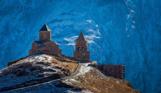 Gergetis Sameba vor dem Kasbek-Massiv