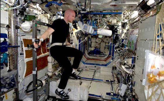 ESA-Astronaut Alexander Gerst beim täglichen Fitness-Training