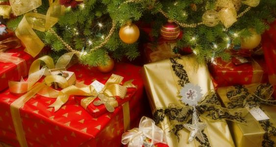 Geschenkpakete unter Weihnachtsbaum