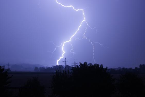 Blitz vor Gewitterhimmel