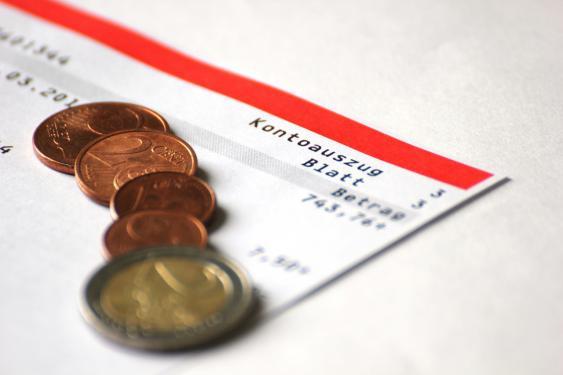 Bankauszug und Euro-Münzen