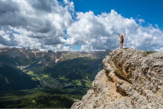 Wanderin hoch über einem Tal