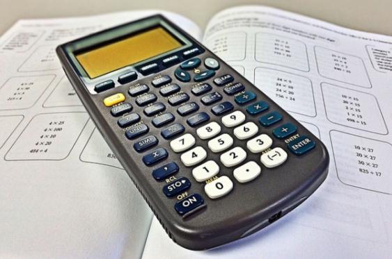 Aufgabenheft und Taschenrechner