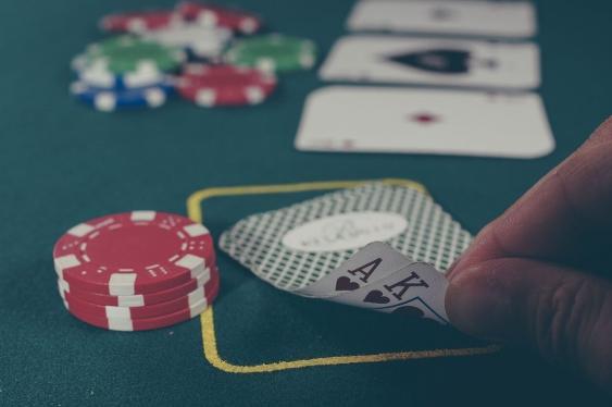 Spieltisch mit Karten und Jetons