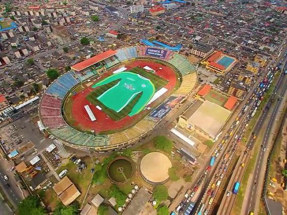 Luftaufnahme des größten Fußballtrikots der Welt