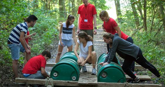 Schülerteam beom Floßbau