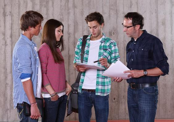 Schülergruppe mit Betreuer