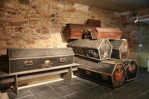 Särge im Kasseler Museum für Sepulkralkultur
