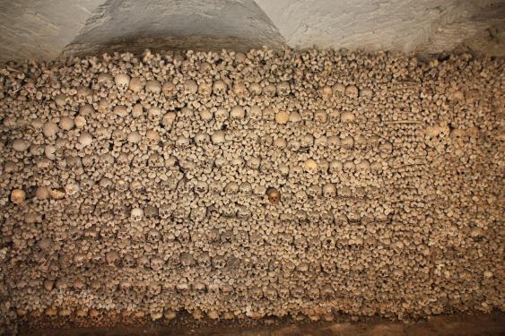 Innenansicht des Beinhauses im Keller der Oppenheimer Michaelskapelle