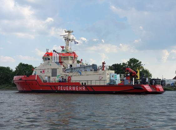 Hamburger Feuerlöschboot Branddirektor Westphal bei der Endausrüstung an der Fassmer Werft