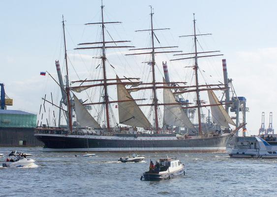 Viermastbark Sedov während der Auslaufparade beim 820. Hamburger Hafengeburtstag