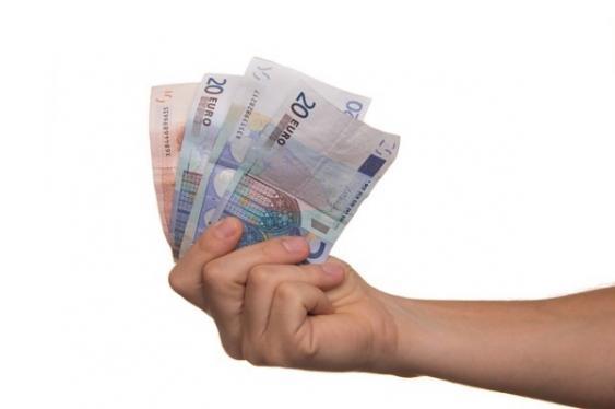 Hand mit Euroscheinen