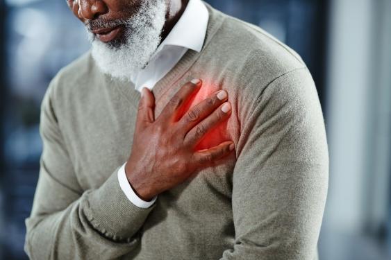Mann mit Hand über dem Herzen