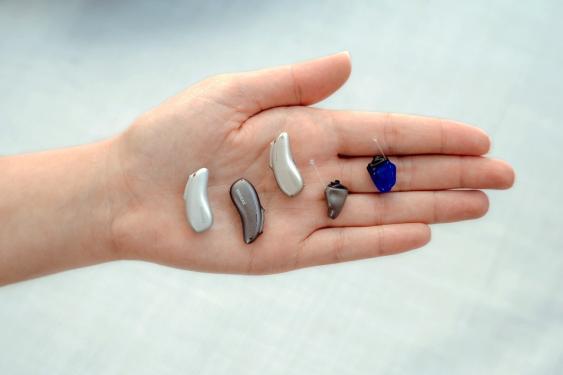 Hinter-dem-Ohr-Hörgeräte auf Handfläche