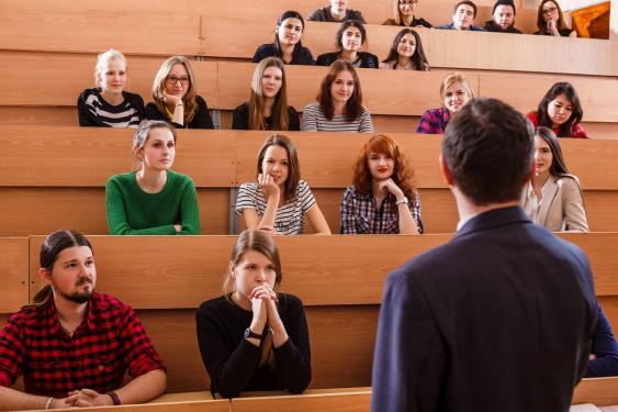 Vorlesung in spärlich besetztem Hörsaal