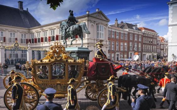 Goldene Kutsche vor dem Palais Noordeinde in Den Haag