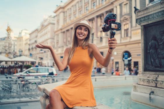 Vloggerin beim Filmen in Wien