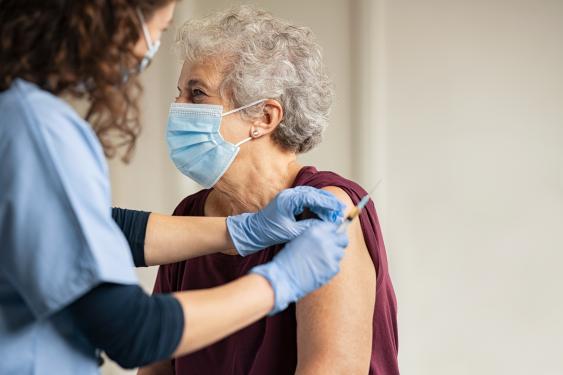 Impfung einer älteren Frau