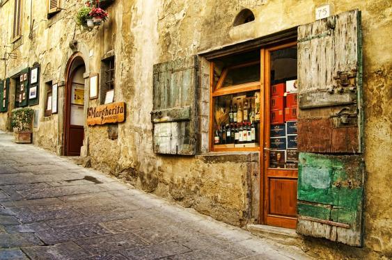Straßenbild in einem toskanischen Ort