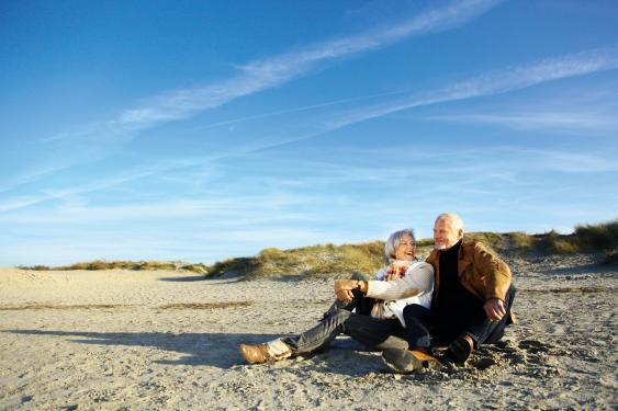 Sitzendes Paar am Strand