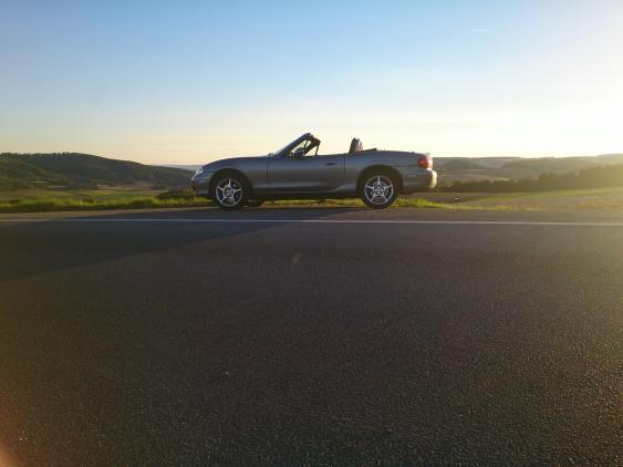Cabrio am Straßenrand
