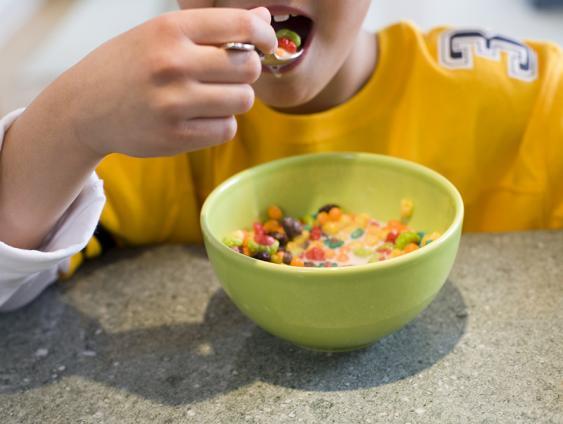 Müsli-Variante mit untergemischten Süßigkeiten