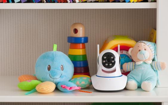 Babyphone und Spielsachen in einem Regal